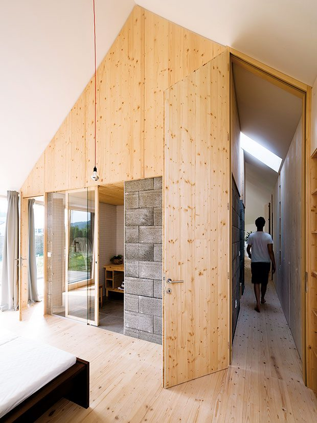 """Pohled zložnice rodičů. Koupelna v""""kostce"""" je přístupná přes skleněnou stěnu. FOTO Martin Boleš"""