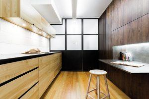 Dvě různě barevné dřevěné plochy naproti sobě vytvářejí dva odlišné aopticky oddělené prostory. Návrh: Gepetto Foto v2com