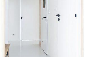 V celém bytě byla použita světle šedá litá podlaha. Díky absenci prahů působí prostor ještě jednotněji. FOTO SCHWESTERN