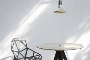 Nechte viset třeba kus betonu, ovšem precizně zpracovaný. Světelný butik Claro nabízí speciální betonovou kolekci světel od výrobce Bentu. Naleznete zde svítidla Qie, která svým tvarem připomínají baterku. Vybrat si můžete zněkolika velikostí aze dvou barevných variant – sčerným lakovaným kovem, nebo sbambusovým dřevem. Závěsné bodové světlo Dian ve tvaru dlažební kostky vynikne jako samotář ive společnosti dalších kusů. Světla Shang inspirovaná tvarem muchomůrky. Mikroskopické průduchy po celém povrchu svítidla simulují výtrusnice avypouštějí zářivý život do pokoje, kde si rozsvítíte. foto Claro