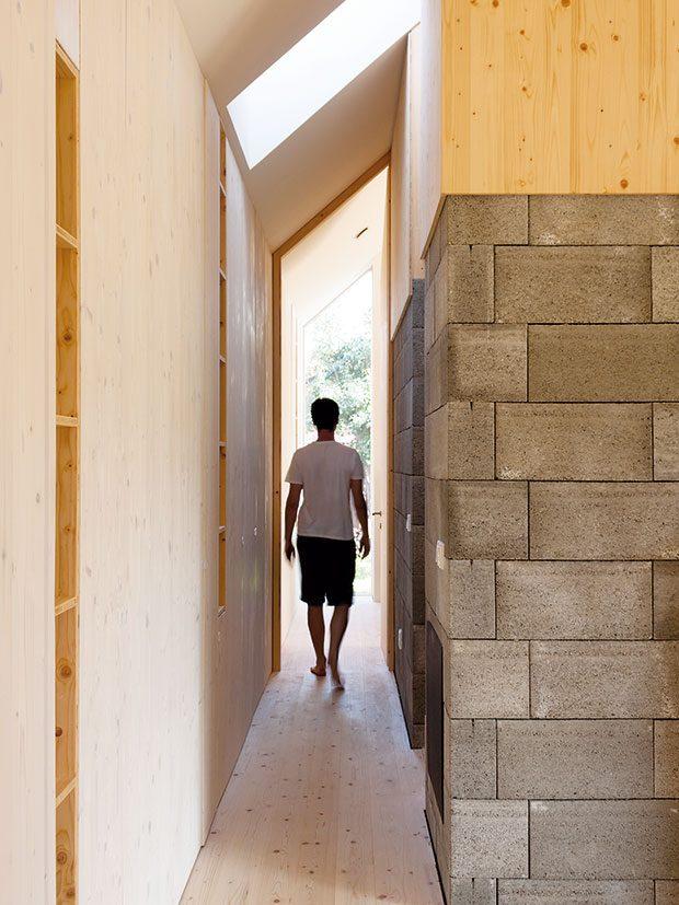 Přiznané betonové tvárnice centrálních bloků vytvářejí sympatický kontrast se smrkovým dřevem, které je nejdůležitějším materiálem vcelém interiéru. FOTO Martin Boleš