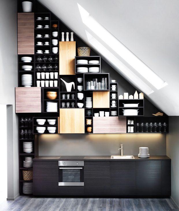 Další barvy čel kuchyňských skříněk dokážou oživit jednoduchou tmavou kuchyni. Skombinací arozmístěním barev si nechte poradit. Foto Ikea