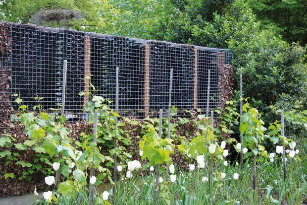 Skleněné lahve od vína, které chcete vyhodit, mohou posloužit ikzaložení netradičního plotu. Gabiony stouto netradiční výplní jsou vhodné do moderního městského prostředí. FOTO DANIEL KOŠŤÁL