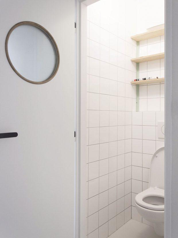 Toaletu a koupelnu charakterizuje jednoduchý bílý obklad. Menší čtvercový formát působí moderně a současně retro. FOTO SCHWESTERN