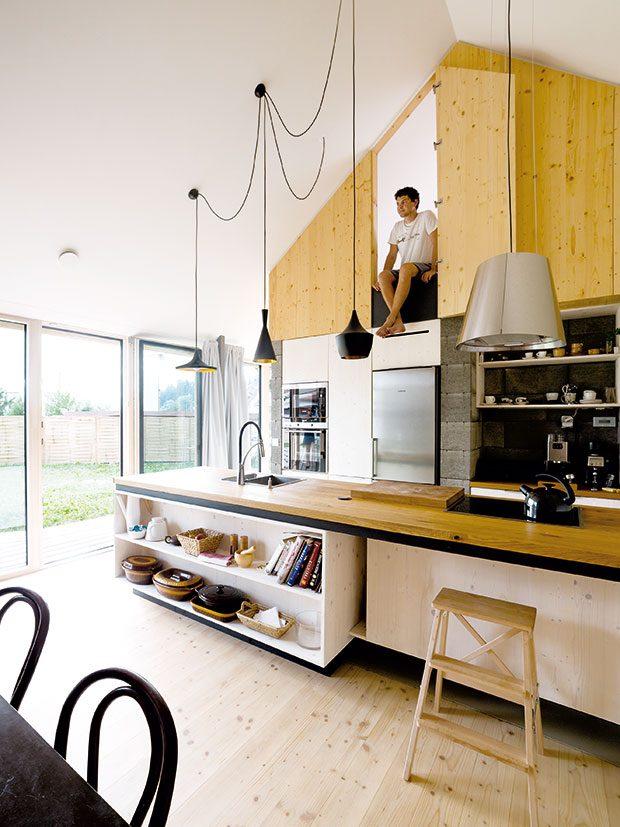 """Sehraná trojice. Lepené desky zmasivního smrkového dřeva, betonové tvárnice abílý sádrokarton jsou příjemně sladěnou kombinací, která je typická pro všechny prostory domu. Prim tu však hraje dřevo. """"Chtěli jsme udělat interiér zdravěji apřírodněji, dřevo tu zároveň pomohlo dosáhnout výjimečného komfortu,"""" tvrdí architekt Martin Boleš. FOTO Martin Boleš"""