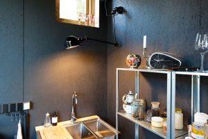 Všechno uvnitř domu je transparentní. Votevřených kovových policích vyniká jejich obsah, stejně jako se bez okolku přiznává vodovodní potrubí udřezu aumyvadel. FOTO Alexandra Timpau (www.alextimpau.com)
