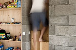 Strmé mlynářské schody (se střídavými stupni) či spíše zvláštní žebříky, které vedou do podkrovních částí nad betonovými bloky, se staly typickým ozvláštňujícím prvkem domu. FOTO Martin Boleš