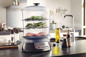 Parní hrnec Philips Pure essentials collection o objemu 10 l disponuje zvýrazňovačem chutí, který přidává vůni čerstvých bylinek a koření po jejich umístění do speciálního zásobníku. Pomocí páry se z bylinek uvolní vůně, která obohatí připravovaný pokrm. Přístroj je vybaven předvolbou časování, která po dosažení ideální doby vaření v páře automaticky páru vypne. Přístroj pořídíte za 2 099 Kč. www.philips.cz