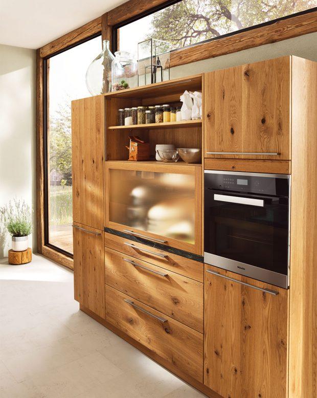 Jste-li zvyklí na klasickou kuchyňskou kredenc, možná se vám zalíbí dřevěná kuchyňská skříňka od team7, ve které je spoustu úložného místa ado které lze zároveň instalovat spotřebiče. Tento kousek může být solitérem, nebo ho lze sladit se zbytkem kuchyňské linky. Foto team7
