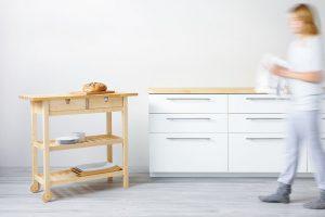 Praktický kuchyňský servírovací stolek FORHOJA ze světlého březového dřeva vám poskytne další úložný prostor. Zásuvky se dají vytáhnout zobou stran adíky dvěma kolečkům si ho přesunete tam, kde se vám to zrovna hodí. Foto Ikea