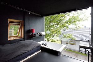 Prostor na spaní je umístěn ve vyvýšeném prostoru, čímž se sice snižuje strop, ale vzhledem kúčelu tohoto místa to nijak nevadí. FOTO Alexandra Timpau (www.alextimpau.com)