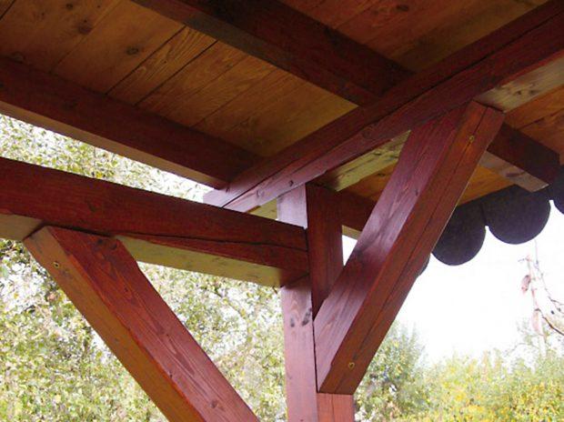 13. POHLED ZEVNITŘ Pohled na dřevěnou konstrukci sloupu a vzpěry. FOTO Ivan Pulchart