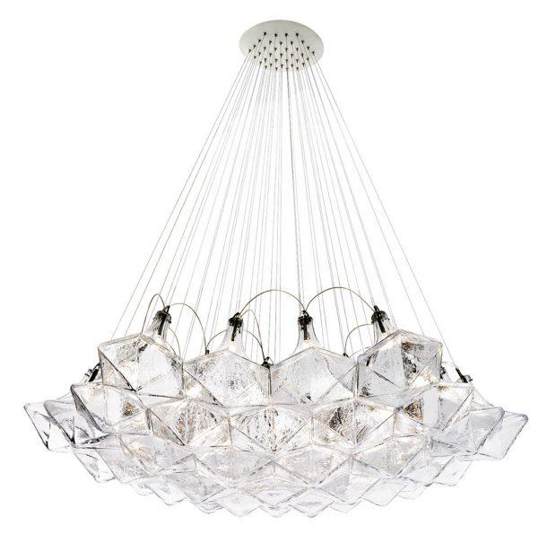 Společnost Lasvit je výrobcem dalšího originálního kusu návrháře Moritze Waldemeyera. Lustr tvoří šestiúhelníkové skleněné díly, podobné diamantu. Všechny komponenty, uvnitř kterých jsou umístěny světelné zdroje, vystupují jako jednotné geometrické dílo. Foto Lasvit