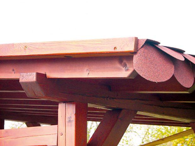 14. STŘECHA Dále přišla na řadu střecha. Desky jsme natřeli světlejším odstínem než trámy. Svrchu jsme na ně položili lepenku a krytinu. Zakončení tvoří lišta. FOTO Ivan Pulchart