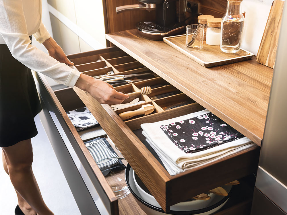 Není nad dobře zorganizovaný příborník, díky kterému je všechno přesně na svém místě anemusíte tak dlouho hledat ve změti přes sebe naházených kuchyňských nástrojů. Přihrádky na ukládání příborů adalšího náčiní na vaření jsou vyrobené ze dřeva, které se dá sladit se dřevem dvířek nebo linky. Zásuvka pak při vytažení působí jednotně scelou kuchyní. Foto team7
