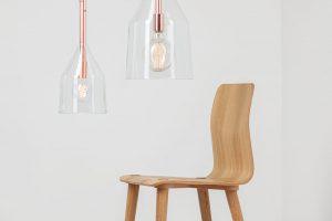 Závěsná svítidla Funnel lights od společnosti Kavalierglass okouzlují svou jednoduchostí. Průsvitné minimalistické skleněné směděnou konstrukcí atextilním kabelem nechává směle vyniknout svůj zdroj – dekorativní žárovku. Foto Kavalierglass, Michal Seba