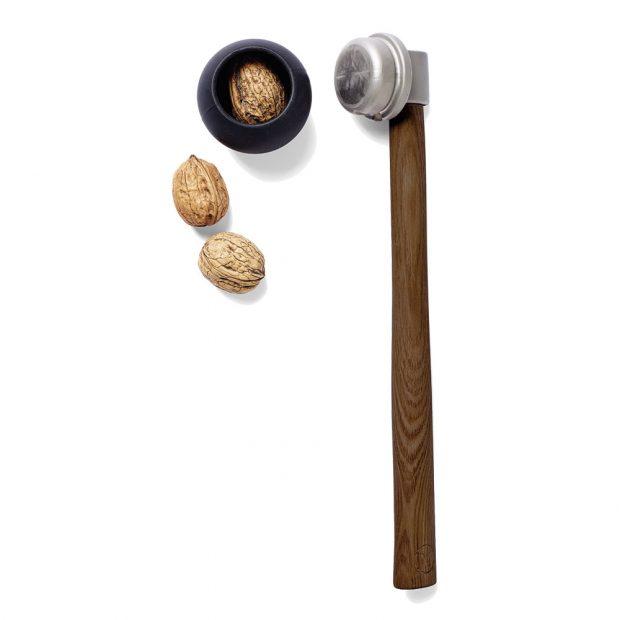 Louskáček na ořechy Nut Hammer od dánské značky Menu vyrobený ze dřeva, nerezové oceli agumy, 1 245 Kč, www.designville.cz Foto designville