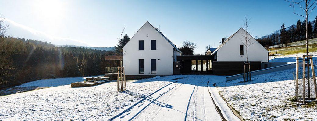 Moderní novostavba v malebné obci Březiny okolí nastavuje dvě tváře