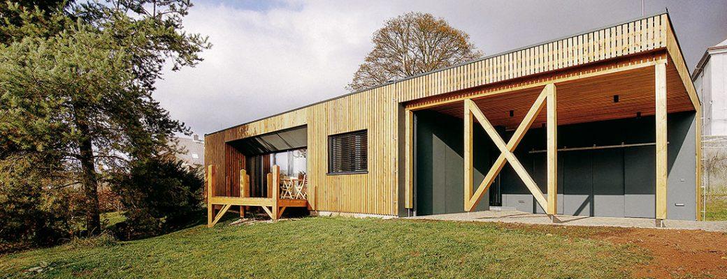 Malý pasivní dům navržený jako nenáročné bydlení pro začínajíci rodinu