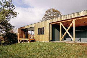 Vztah majitelů k přírodě potvrzuje i řešení střechy s nízkým sklonem, která je připravená pro výsadbu extenzivní zeleně. Foto MarDou