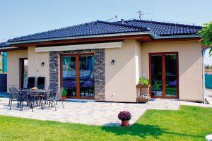 Všechno na jedné úrovni – z této základní charakteristiky bungalovu vyplývá nejen pohodlí při užívání, ale i příznivá cena jednoduché stavby. FOTO EKONOMICKÉ STAVBY