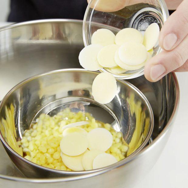 1. VOSK Do tepelně odolné misky dáme horkou vodu a menší misku, v níž roztavíme za stálého míchání včelí vosk.