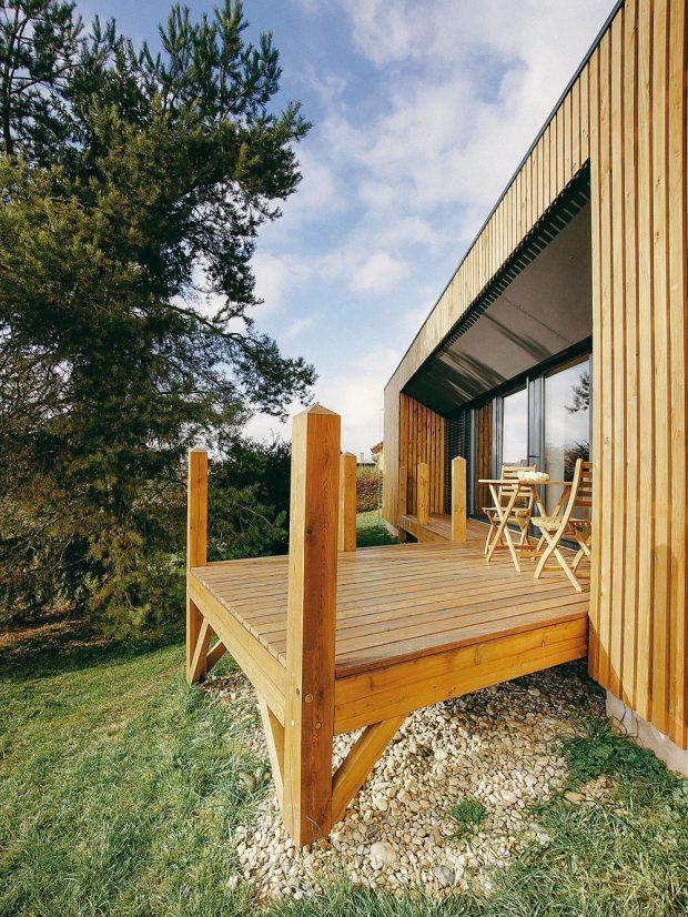 Dřevěná terasa, vystupující z těla stavení, svým vzhledem připomíná molo. Nabízí báječné místo k relaxaci, kterou by vylepšil snad už jen pohled na šplouchající vlny moře. Foto MarDou