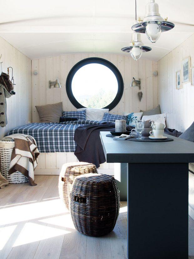 Velká postel, která je zároveň ložnicí i válecí sedačkou, byla pro architektku důležitým kusem nábytku při vybavování prostoru. foto Miramari