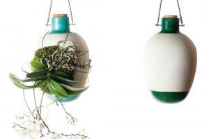 Rostliny vmoderním bytě nemusí mít jen striktně zažitou formu – existuje hodně závěsných nádob, včetně různých nevšedních řešení. Pěknou ukázkou je originální kolekce závěsných váz na epifytické pěstování rostlin, kterou navrhlo italské studio Dossofiorito.