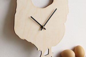 Když už jarní dekorace, tak se vším všudy. Přírodní hodiny zbřezové překližky ve tvaru slepice mají rozměry 26 x 32 cm. Za 499 Kč je najdete na www.fler.cz/mu-mu