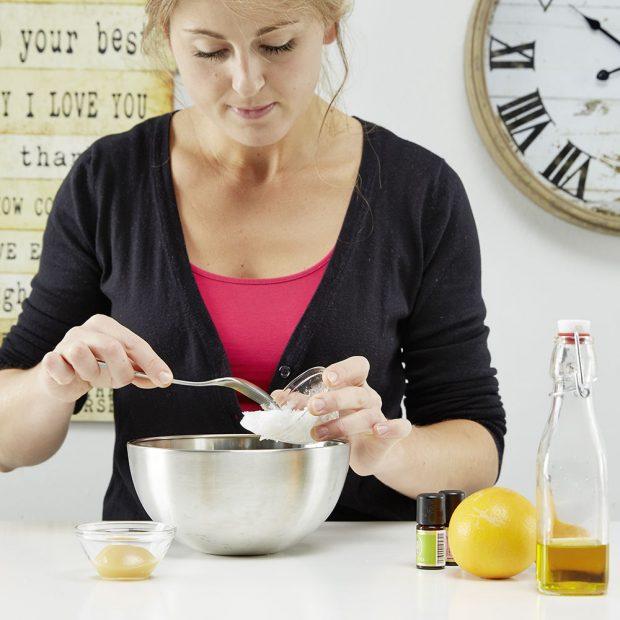 2. MÁSLO Vmícháme kakaové máslo. Počkáme, než se tyto dvě ingredience rozpustí.
