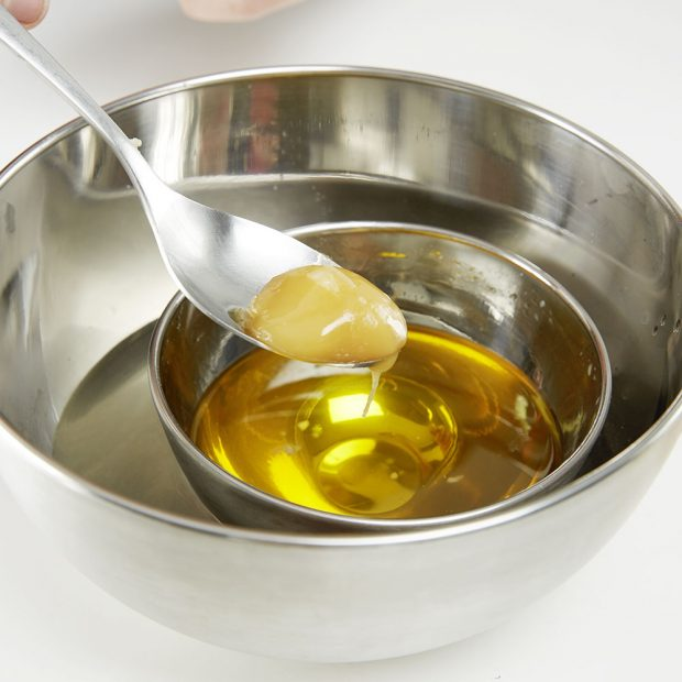 3. MED Přidáme lžičku tekutého medu. Ingredience by měly být z ověřeného zdroje, aby pokožka nezareagovala alergicky.