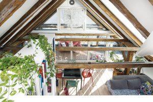 Ložnice je oproti jiným místnostem záměrně světelně utlumená. Historická členěná vertikální okna se starají o zajímavé světelné efekty na její podlaze. FOTO OLIVER ANTHOFER/ PATRICIA WEISSKIRCHNER PRO VELUX