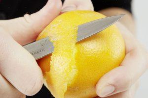 5. POMERANČ Oloupeme trochu pomerančové kůry. Pozor, pouze z chemicky neošetřených pomerančů!