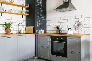 Návrh velkorysé kuchyně byl Michalův velký projekt – navrhl si ji vprogramu Ikey. Díky Karolínině pomoci se jim ji podařilo dimenzovat tak, aby vní mohli vařit isoučasně anavzájem si nepřekáželi. FOTO NORA AJAKUB ČAPRNKOVI