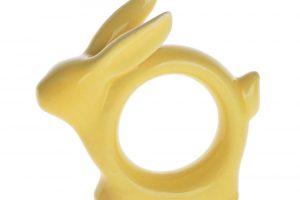 Na velikonočně prostřený stůl patří i velikonoční držák na ubrousky. Sadu dvou kroužků na ubrousky Bunny Yellow pořídíte za 164 Kč na www.westwing.cz.