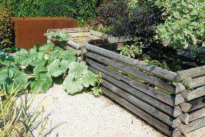 Kompostovací plochu lze začlenit například do užitkové zahrady. Zahradní kompost zcela nahradí jakékoli syntetické hnojivo. foto Lucie Peukertová