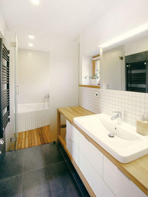Koupelna svými materiály a barvami přirozeně navazuje na zbytek interiéru i exteriéru. Foto MarDou