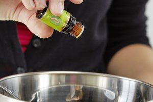 7. ESENCIÁLNÍ OLEJ Nakonec nakapeme esenciální oleje. Zde dáváme pozor, abychom neměli příliš horkou směs oleje a másla, mohlo by dojít ke zničení výživových složek.