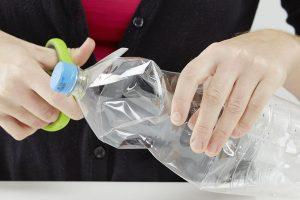 8. PLASTOVÁ LÁHEV Misku se směsí necháme ještě pár minut odstát ve vodě, aby se nám ingredience dobře promíchaly. Prázdné plastové láhve dobře umyjeme.