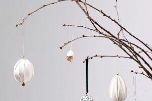 Závěsné velikonoční vejce Black dots zdobí vrstva bílého papíru s černými puntíky. Najdete na www.bellarose.cz