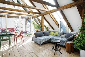 Za povšimnutí stojí i různé kombinace střešních a vertikálních oken v různých místnostech podkrovního bytu. FOTO OLIVER ANTHOFER/ PATRICIA WEISSKIRCHNER PRO VELUX