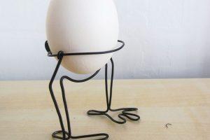 Stojánek na vejce, vysoký cca 6 cm, je vyrobený ze železného drátu santikorozní úpravou. Za 49 Kč ho zakoupíte na www.fler.cz/shop/dr-atenik
