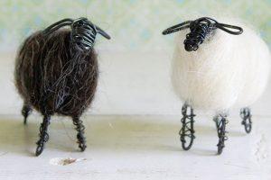 Černá abílá ovečka jsou drátované zčerného drátu, pevně zaplstěného kožíškem zvlny oveček valašek. Rozměry jsou cca 6 x 7 cm. Každá ovečka je originál avsadě dvou kusů je zakoupíte na www.fler.cz/Mariana.