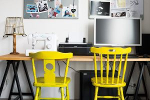 Židle vpracovním koutku situovaném vdenní části bytu jsou zdruhé ruky, lampu vytvořila Karolína zkošíku na drobnosti. Itento prostor by rádi ještě více zútulnili. FOTO NORA AJAKUB ČAPRNKOVI