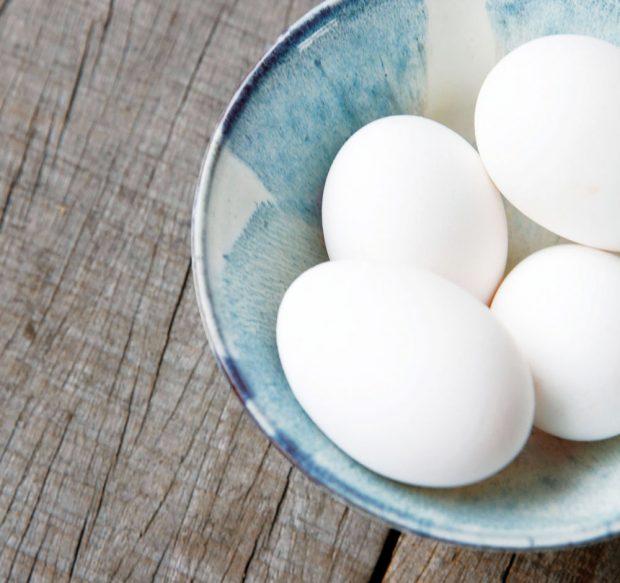 Nedáte-li červené, dejte aspoň bílé… V žíhané keramické misce Mio White/blue krásně vyniknou i sněhobílá vejce, bez dalšího dekoru. K dostání na www.nordicky.cz
