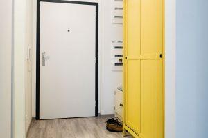 Žlutá skříň dokazuje, že ani barevného nábytku se nemusíme bát. Vpředsíni, kde není místa nazbyt, je vítaným oživením. FOTO NORA AJAKUB ČAPRNKOVI