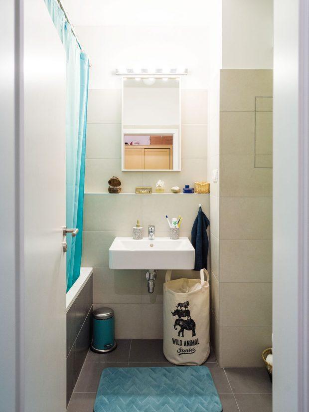 Do koupelny by vbudoucnosti rádi doplnili úložnou plochu pod umyvadlo, která jim tu teď chybí. FOTO NORA AJAKUB ČAPRNKOVI