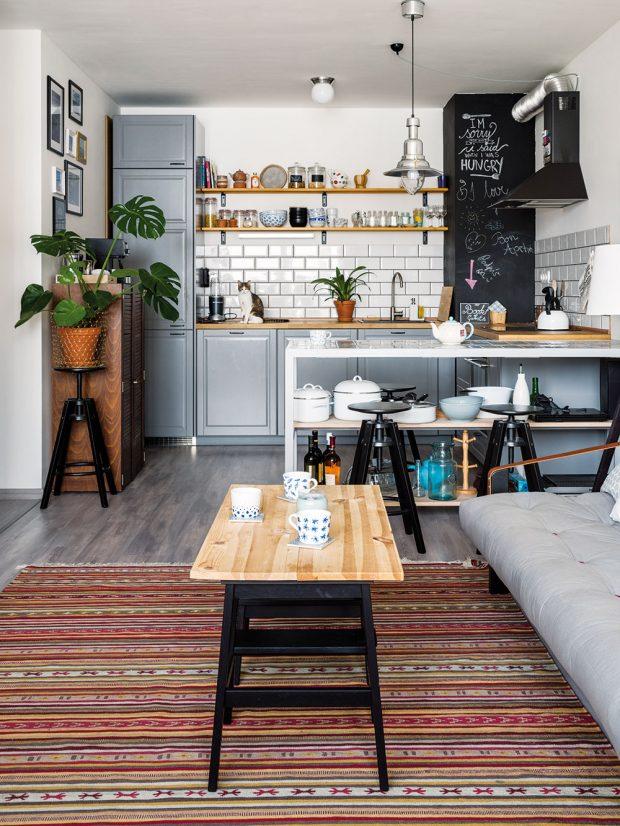Vzorovaný koberec je úlovkem zbratislavského blešáku. Majitel ho prodával vpodstatě úplně nový abez jakéhokoliv poškození za skvělých 10 €. FOTO NORA AJAKUB ČAPRNKOVI