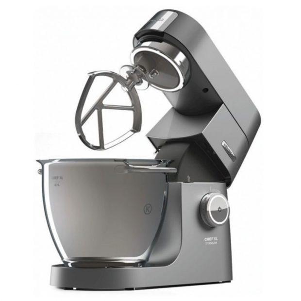Multifunkční robot Kenwood Chef XL Titanium KVL8400S, bohaté příslušenství, 6 rychlostí, osvětlená nerezová mísa o objemu 6,7 l, 6 strouhacích disků, dvě speciální cukrářské metly, skleněný mixér o objemu 1,6 l, prodává Datart, 23 990 Kč.
